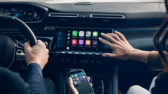 New PEUGEOT 508 saloon, 10-inch capacitive touch-screen, Mirror Screen function and 3D connected navigation with voice recognition.